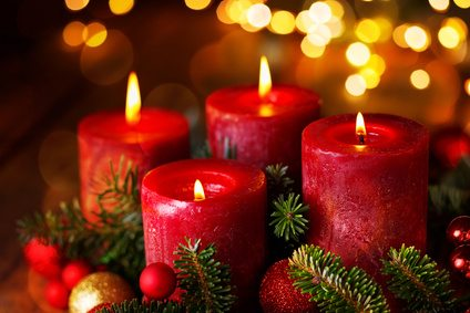 Adventskranz mit 4 brennenden Kerzen